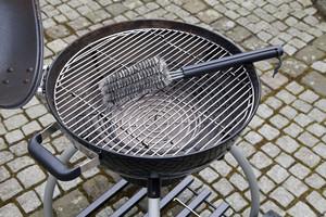 Grill reinigen mit Grillzubehör: Die Grillbürste