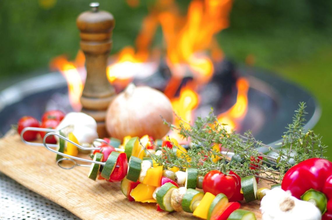 Gemüsespieße grillen - bunte Spieße