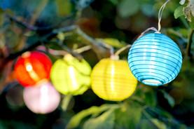 Grillideen: Lampions leuchten im Garten