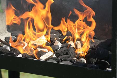 Holzkohle mit Grillanzünder anfeuern